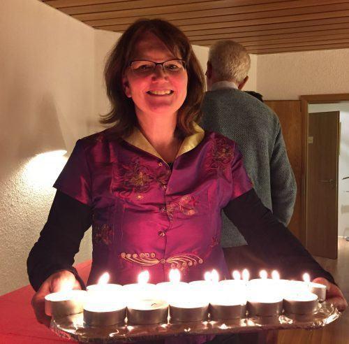 20 Jahre Zentrum für präventive chinesische Medizin e.V.: Foto Dr. med. Julia Kleinhenz mit Kerzen